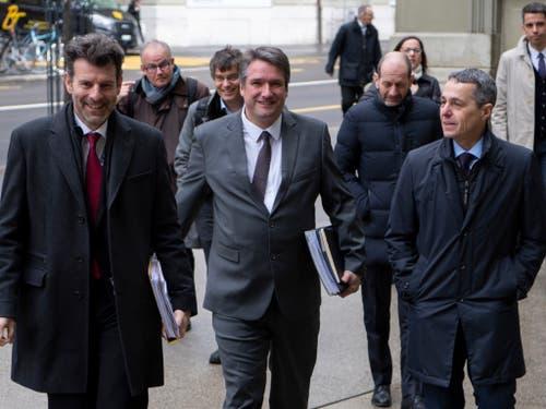 Staatssekretär Roberto Balzaretti (links), SP-Parteipräsident Christian Levrat (Mitte) und Bundesrat Ignazio Cassis (rechts) auf dem Weg zur Konsultation zum institutionellen Rahmenabkommen mit der EU. (Bild: KEYSTONE/ANTHONY ANEX)