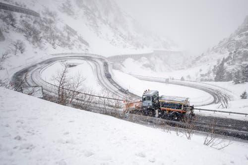 Die Schneeräumungsarbeiten an der Schöllenenstrasse zwischen Göschenen und Andermatt laufen am Montag, 11. Maerz 2019 auf Hochtouren. In weiten Teilen der Zentralschweizer Voralpen brachte ein Schneesturm ergiebige Schneemassen. (Bild: Keystone/Urs Flüeler)