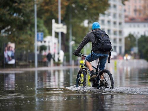 Wasserradfahren in Locarno am 8. November 2018, nachdem der Lago Maggiore nach heftigen Niederschlägen über die Ufer getreten war. (Bild: KEYSTONE/TI-PRESS/ALESSANDRO CRINARI)