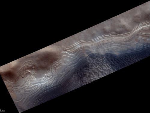 Nahe dem südlichen, eisbedeckten Pol des Mars befindet sich der Burroughs-Krater, in dem Eis- und Staubschichten über Hunderte Millionen Jahren hinweg einen Hügel geformt haben. Die Aufnahme zeigt den Rand des Hügels. (Bild: ESA/Roskosmos/CaSSIS)