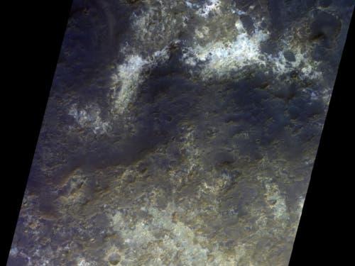 Die Aufnahme zeigt die Vielfalt der mineralogischen Zusammensetzung einer Region südlich von Mawrth Vallis. Die Felsen darin gehören zu den ältesten auf der Marsoberfläche. Sie zeugen von einer starken und anhaltenden Veränderung der ursprünglichen Oberfläche durch Wasser. (Bild: ESA/Roskosmos/CaSSIS)