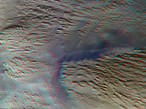 Ein Ausschnitt des «Grand Canyon» des Mars: Tithonium Chasma auf der westlichen Seite der Marsregion Vallis Marineris. Das blauere Material ist Staub. In verschiedenen Höhenlagen sind Felsvorsprünge zu sehen. Das Bild kann mit einer rot-blauen Stereobrille betrachtet werden, um einen 3D-Eindruck zu erhalten. (Bild: ESA/Roskosmos/CaSSIS)
