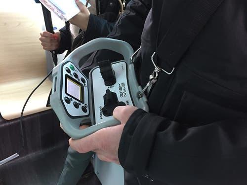 Im selbstfahrenden Minibus ist stets ein geschulter «Operator» dabei, der bei Bedarf den Bus manuell steuern kann. (Bild: Therese Hänni)