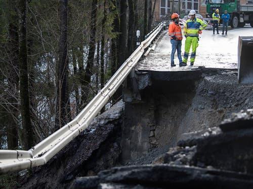 Sicht auf die zerstörte Kantonsstrasse zwischen Frutigen und Adelboden nach einem Murgang am 5. Januar 2018 im Bereich Linter. (Bild: KEYSTONE/PETER SCHNEIDER)