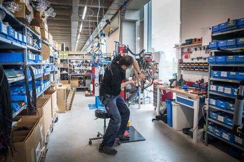 Ein Mitarbeiter der Vor-Montage macht die Komponenten bereit.