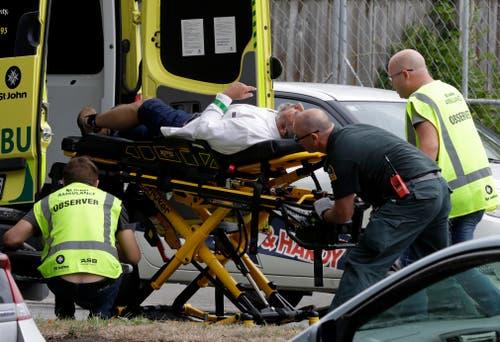Sanitäter sorgen sich um einen Mann, der beim Angriff verletzt wurde. (Bild: Keystone/AP Photo/Mark Baker)