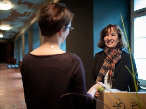 Die Angestellte Marie Egli arbeitet in der neuen Uniform des Weltkulturerbe Stiftsbezirk in St. Gallen. (Bild: Keystone/Gian Ehrenzeller)