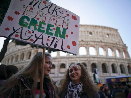 In Rom demonstrierten Jugendliche vor dem Kolosseum für den Klimaschutz. (Bild: KEYSTONE/AP/ANDREW MEDICHINI)