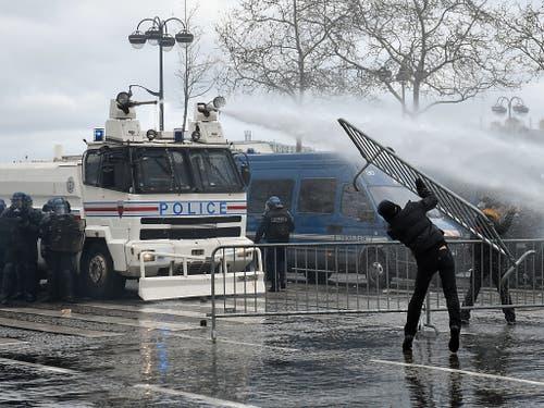Die Polizei setzte Wasserwerfer und Tränengas gegen die «Gelbwesten»-Demonstranten in Paris ein. (Bild: KEYSTONE/EPA/JULIEN DE ROSA)