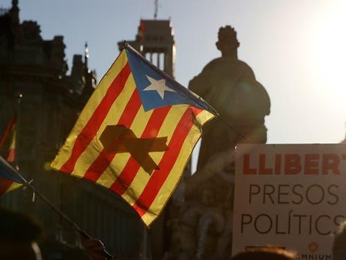 «Freiheit für die politischen Gefangenen» war die Hauptforderung an der Grosskundgebung der katalanischen Separatisten am Samstag in der spanischen Hauptstadt Madrid. (Bild: KEYSTONE/EPA EFE/J.J GUILLEN)