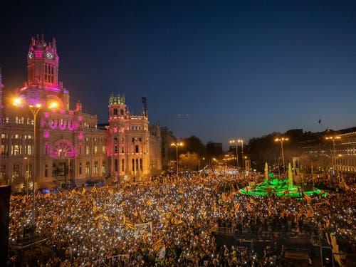 Grosskundgebung in Madrid gegen das Gerichtsverfahren gegen zwölf katalanische Separatistenführer: Tausende verlangten «Freiheit für die politischen Gefangenen». (Bild: KEYSTONE/AP/BERNAT ARMANGUE)