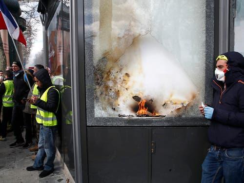 Auf den Champs-Elysées wurden die Scheiben mehrere Geschäfte eingeschlagen. (Bild: KEYSTONE/AP/CHRISTOPHE ENA)