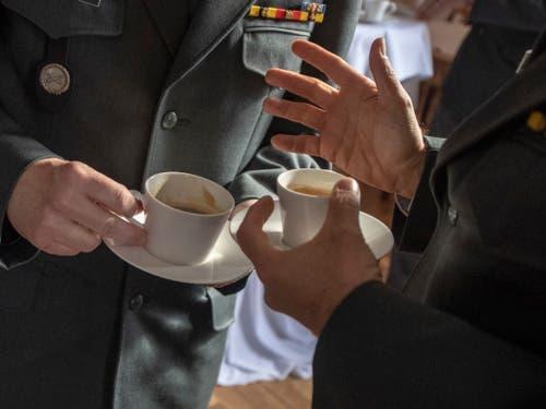 Auch in der Kaffepause angeregte Debatte: Delegierte der SOG bei der Versammlung im Kloster Einsiedeln. (Bild: KEYSTONE/URS FLUEELER)