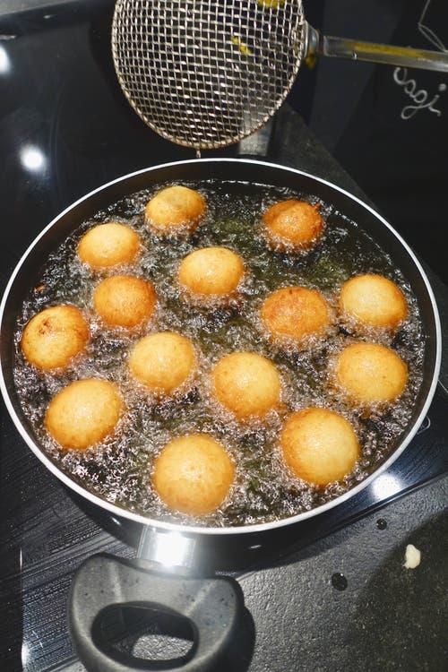 Vaippans - kleine frittierte Teigkugeln.