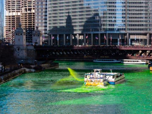 Der Chicago River wird jedes Jahr zum St. Patrick's Day grün eingefärbt. (Bild: KEYSTONE/AP Chicago Sun-Times/JAMES FOSTER)