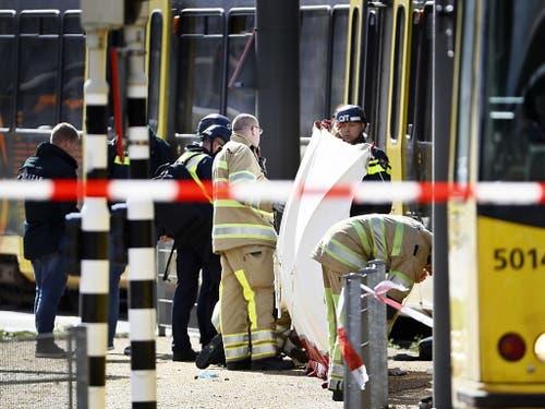Polizei und Rettungskräfte am Ort des Geschehens. (Bild: KEYSTONE/EPA ANP/ROBIN VAN LONKHUIJSEN)