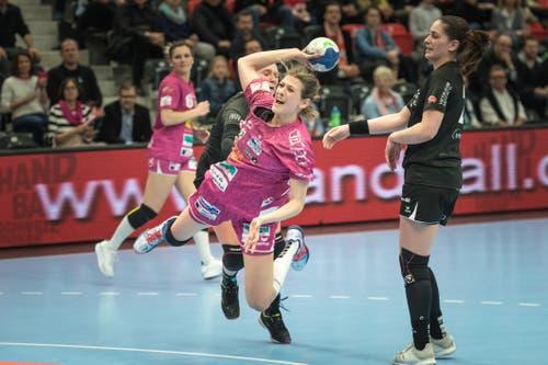 Setzt sich gegen die Gegenspielerinnen durch: Gianna Calchini. (Bild: Roger Grütter, Muri bei Bern, 17. März 2019)