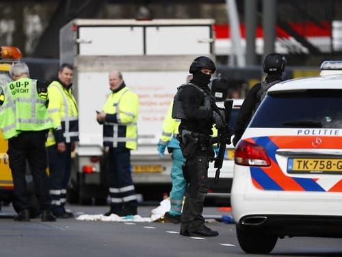 Nach einer Schiesserei in Utrecht ist die Terroreinheit der Polizei am Tatort. (Bild: KEYSTONE/EPA ANP/ROBIN VAN LONKHUIJSEN)