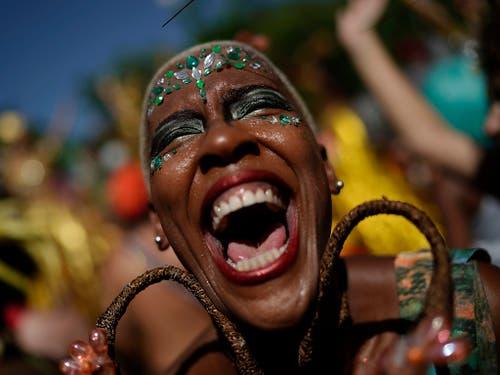 Teilnehmerin am Karneval von Rio während einer Strassenparty. (Bild: KEYSTONE/AP/LEO CORREA)