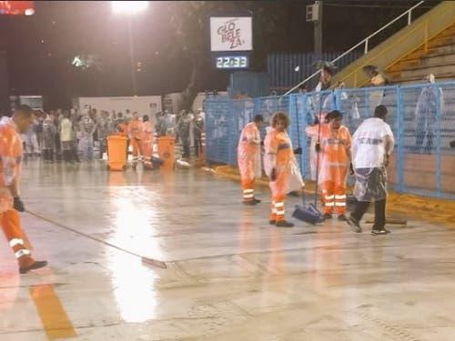 Helfer in Rio versuchten, die Tribünenstrasse Sambódromo, auf der die Karnevals-Parade stattfindet, von den Wassermassen zu befreien. (Bild: Präfektur Rio de Janeiro)