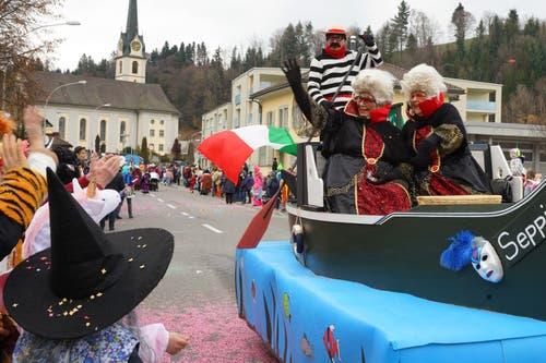 Lund 2000 Personen besuchten den Umzug in Zell. Die beiden Damen in der Gondel hatten besonders gute Plätze. (Bild: Josef Bürli, Zell, 2. März 2019)