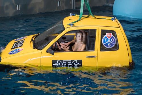Langsam versinkt das Auto im Wasser. (Bild: Boris Bürgisser, Sursee, 19. März 2019)