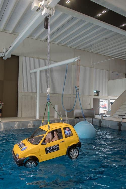 ... und wird sanft zu ins Wasser gelassen. Im Hintergrund ist ein im Wasser liegender Ballon zu sehen, der Wellen erzeut. Er kann elektronisch gesteuert werden. (Bild: Boris Bürgisser, Sursee, 19. März 2019)