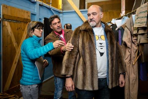 Kostümprobe nach der Pressekonferenz: Christoph Wettstein kleidet sich mit einem Pelz. (Bild: Philipp Schmidli, Ebikon, 21. März 2019)