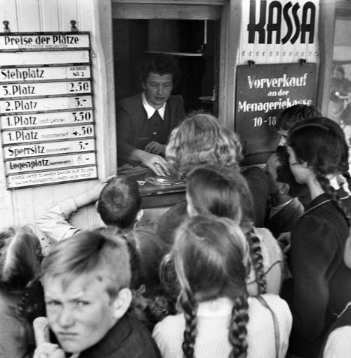 An der Kasse des Zirkus Knie herrscht vor einer Vorstellung im April 1944 Grossandrang. (Bild: Keystone /Str)
