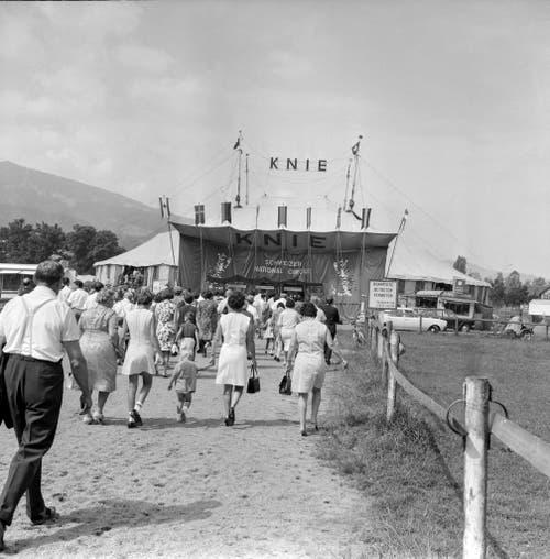 Am 3. August 1969 in Luzern zelebriert zum ersten Mal in einem Zirkuszelt ein Bischof eine Messe. Auf dem Bild sind Zirkusbesucher zu sehen. (Bild: Keystone /Str)