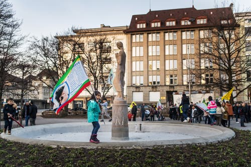 Kurdinnen und Kurden besammeln sich im Leonhardspärklein. (Bilder: Michel Canonica - 21. März 2019)