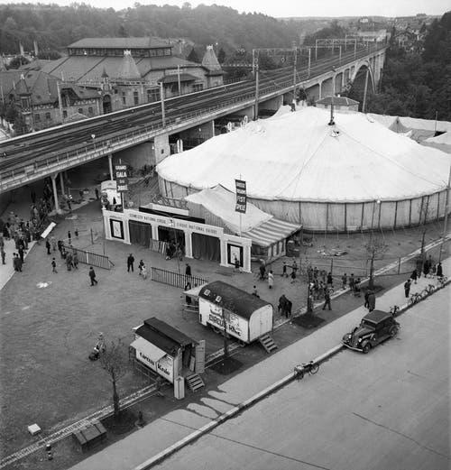 Der Zirkus Knie gastiert in Bern, aufgenommen am 30. Juni 1943. (Bild: Keystone /Str)