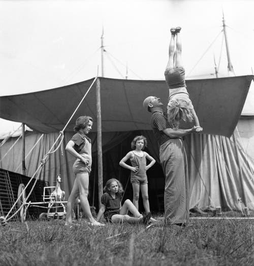 Mitglieder der tschechischen Artistenfamilie Lord proben vor dem Zelt des Zirkus Knie im Jahr 1943. (Bild: Keystone /Str)