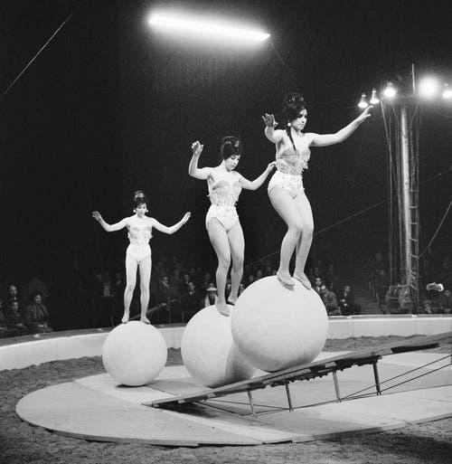 Drei Artistinnen auf rollenden Kugeln in der Manege des Zirkus Knie bei der Premiere des Programms , aufgenommen in Rapperswil am 18. Maerz 1961. (Bild: Keystone /Str)