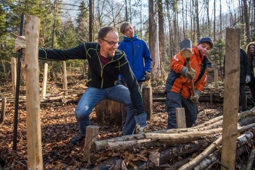 Oberstufenschüler von Wolfenschiessen verbringen den Schultag im Wald. Lehrer Franz Müller mit Julian Töngi (orange Jacke) am «Waldsofa». (Bild: Eveline Beerkircher, Wolfenschiessen 21. März 2019)