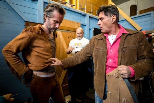 Die «Blutsbrüder» Richard Bucher (Old Shatterhand, links) und Tom Volkers (Winnetou) bei der Anprobe. (Bild: Philipp Schmidli, Ebikon, 21. März 2019)