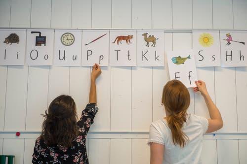 Die Lehrpersonen und Sara Barmettler mit der Buchstabentabelle. (Bilder: Dominik Wunderli, Buochs, 13. März 2019)