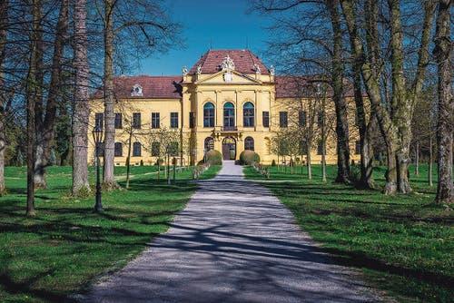 Erste Etappe des Exils: Nach der Entthronung im November 1918 wurde die Kaiserfamilie auf Schloss Eckartsau bei Wien verbannt. (Bild: Alamy)
