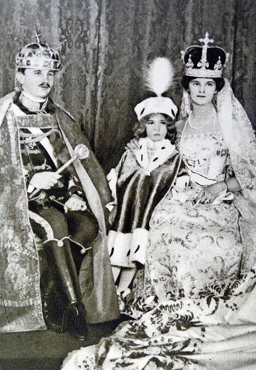1916: Das Kaiserpaar kurz nach der Krönung in Ungarn mit ihrem erstgeborenen Sohn Otto. (Bild: Imago)