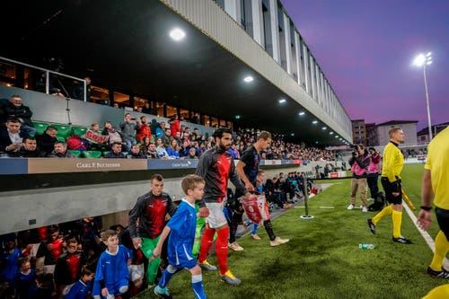 Einmarsch der Spieler ins Stadion Kleinfeld. (Bild: Andy Müller / Freshfocus, Kriens, 22. März 2019)