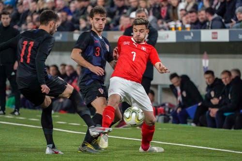 Der Schweizer Bastien Toma (rechts) gegen die Kroaten Mario Cuze und Bruno Goda. (Bild: Andy Müller / Freshfocus, Kriens, 22. März 2019)