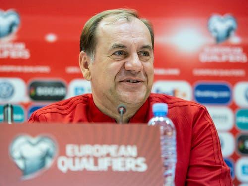 Georgiens Nationalcoach Vladimir Weiss freut sich über den Enthusiasmus im Volk, dämpft aber die Erwartungen (Bild: KEYSTONE/ENNIO LEANZA)