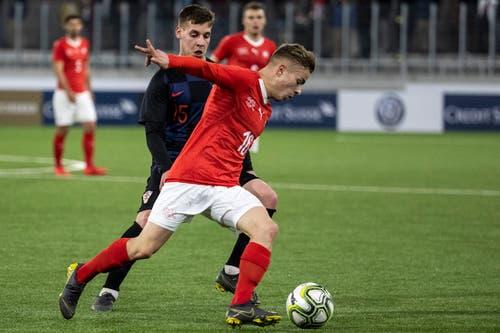 Kampf um den Ball: Der Schweizer Petar Pusic (vorne) gegen Kroatiens Nikola Krajinovic. (Bild: Alexandra Wey / Keystone, Kriens, 22. März 2019)