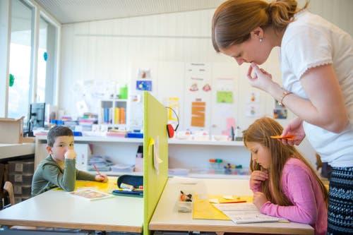 Lehrerin Sara Barmettler schaut einer Schülerin über die Schulter. (Bilder: Dominik Wunderli, Buochs, 13. März 2019)