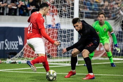 Der Schweizer Ruben Vargas (links) passt, Kroatiens Luka Hujber versucht noch einzugreifen. (Bild: Alexandra Wey / Keystone, Kriens, 22. März 2019)