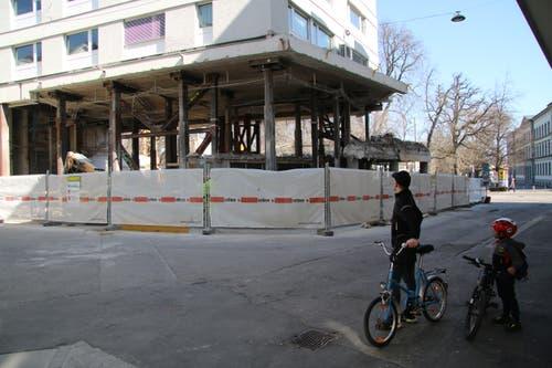Viele Passantinnen und Passanten staunen ob dem «schwebenden» Haus.