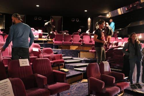 Vor dem Start des Hausumbaus gab's im Dezember 2017 im alten Kino wie auch im auf der anderen Hausseite liegenden Restaurant einen Räumungsverkauf. Vor allem die Kinosessel waren dabei beliebt. (Bild: Sandro Zulian - 6. Dezember 2017)
