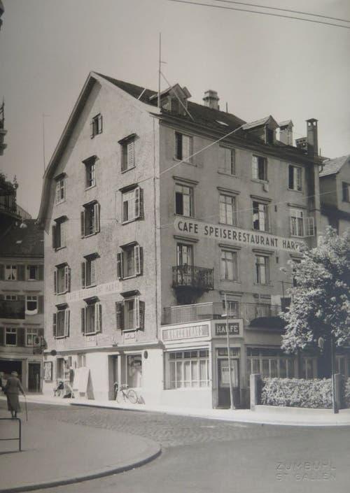 Die «Harfe» von der Einmündung der Glockengasse in den Burggraben her gesehen. Das Bild dürfte kurz vor dem Abbruch des alten Hauses im Jahr 1960 entstanden sein. Das Kino Corso eröffnete 1962 im an seiner Stelle aufgestellten Neubau des St.Galler Architekten Willy Schuchter. (Bild: Stadtarchiv der Ortsbürgergemeinde St.Gallen)