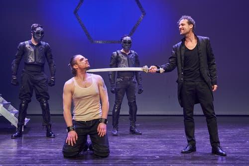 Pilatus (Aris Sas) will Jesus zugleich demütigen und vor der Hinrichtung bewahren.