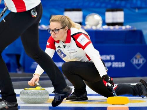 Alina Pätz spielt hier den Stein, der den WM-Triumph bringt (Bild: KEYSTONE/AP Ritzau Scanpix Foto/HENNING BAGGER)